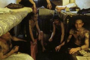 Как сегодня относятся к насильникам в тюрьме. За что опускают в тюрьмах и на зоне? Как живут опущенные и кто это такие, почему геев называют петухами? Тонкости тюремных законов